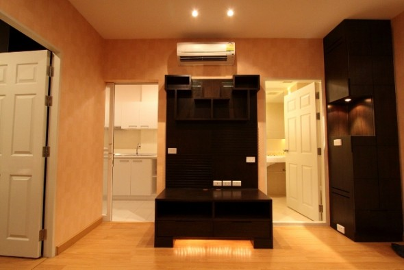 BKKMOVE Agency's 42sqm High Rise, Good price One Bedroom Apartment to let at Life Ratchada 3