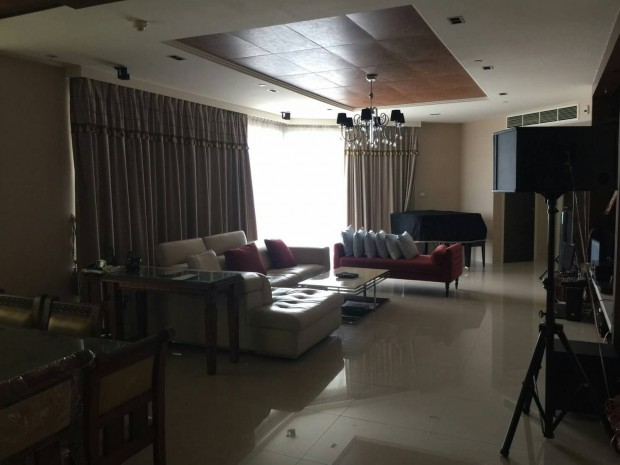 BKKMOVE Agency's Watermark Chaophraya River Condo ,River view Middle floor, 284 Sqm 4+1 bedroom 5 bathroom 2 kikchen 1 Big livingroom 1 maid for Sale Well price!! 2