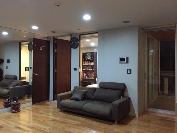 BKKMOVE Agency's Quad Silom 52 sqm corner unit 1 bed 1 bath big living room fully furnished nice decoration for sale 8.6mb Good price!! 2