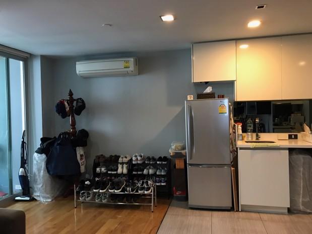BKKMOVE Agency's Quad Silom 52 sqm corner unit 1 bed 1 bath big living room fully furnished nice decoration for sale 8.6mb Good price!! 8